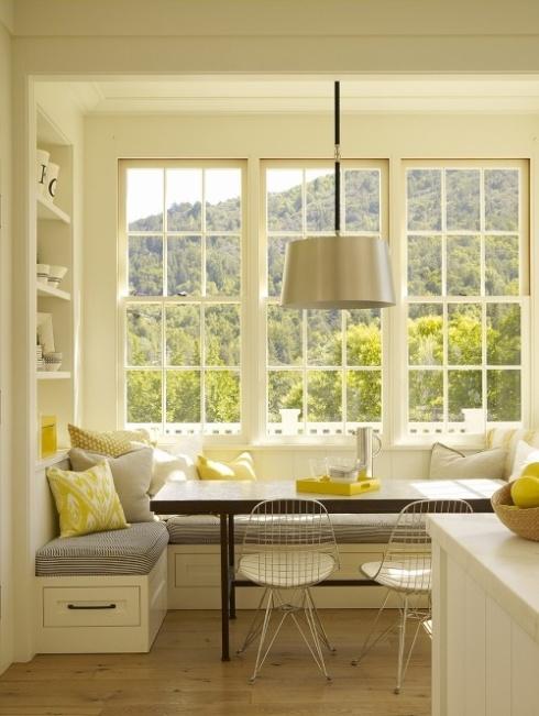 siedzisko przy oknie w kuchni