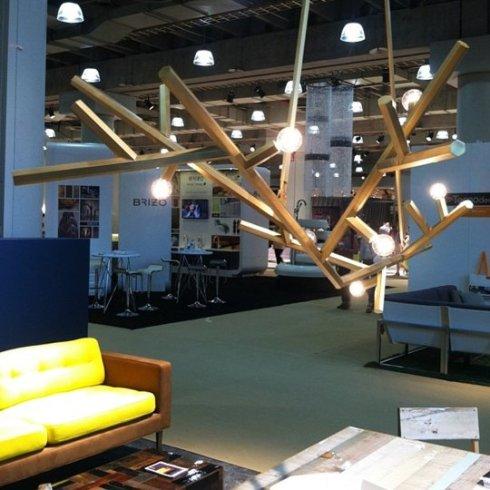 żyrandol z drewna w kształcie gałęzi_Charles deLisle_targi mebli w Nowym Jorku_blog o wnętrzach